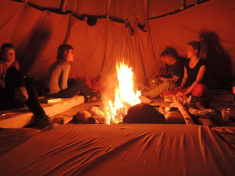Tipyje visą naktį kurenta ugnis